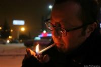 So�uk K�� G�n� Sigaras�n� Yakan Adam