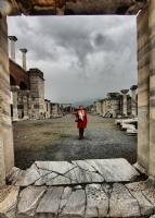Kırmızı Mantolu Kadın-2