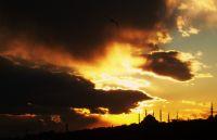 Güneş Bi Tarafı Aydınlatırken Diğerini Karartır...