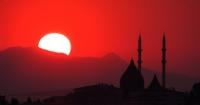 İzmir Körfezinde Günbatımı Ve Egekent Camii