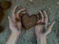 Yüreğim Gibi Çamurlu Ellerim.